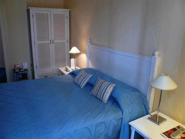 File:Hotel Aragon Chambre Sade.JPG