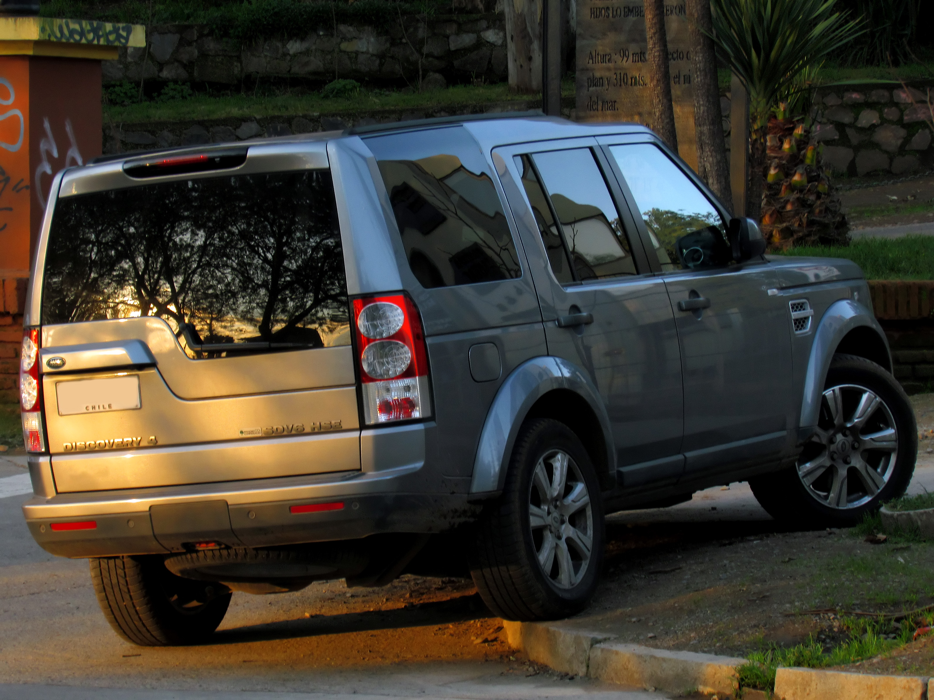 https://upload.wikimedia.org/wikipedia/commons/c/c4/Land_Rover_Discovery_4_SDV6_HSE_2014_%2815034159781%29.jpg