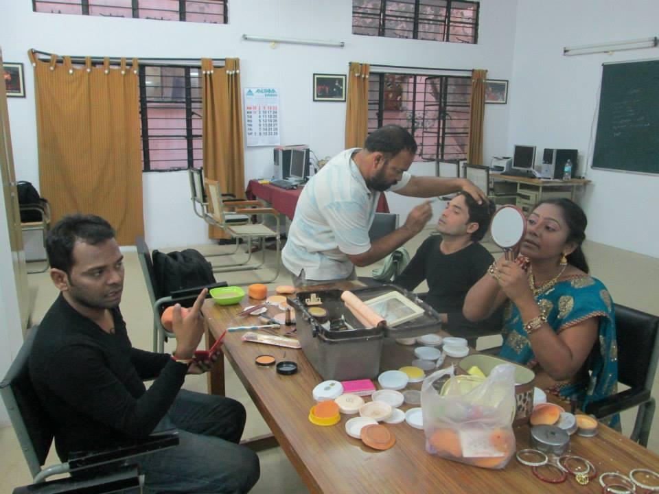 Mallesh Balast as Makeup Artist.jpg తెలుగు: నటులకు మేకప్ వేస్తున్న మల్లేశ్ బలష్టు Date 18 April 2015 Source Own work Author Pranayraj1985