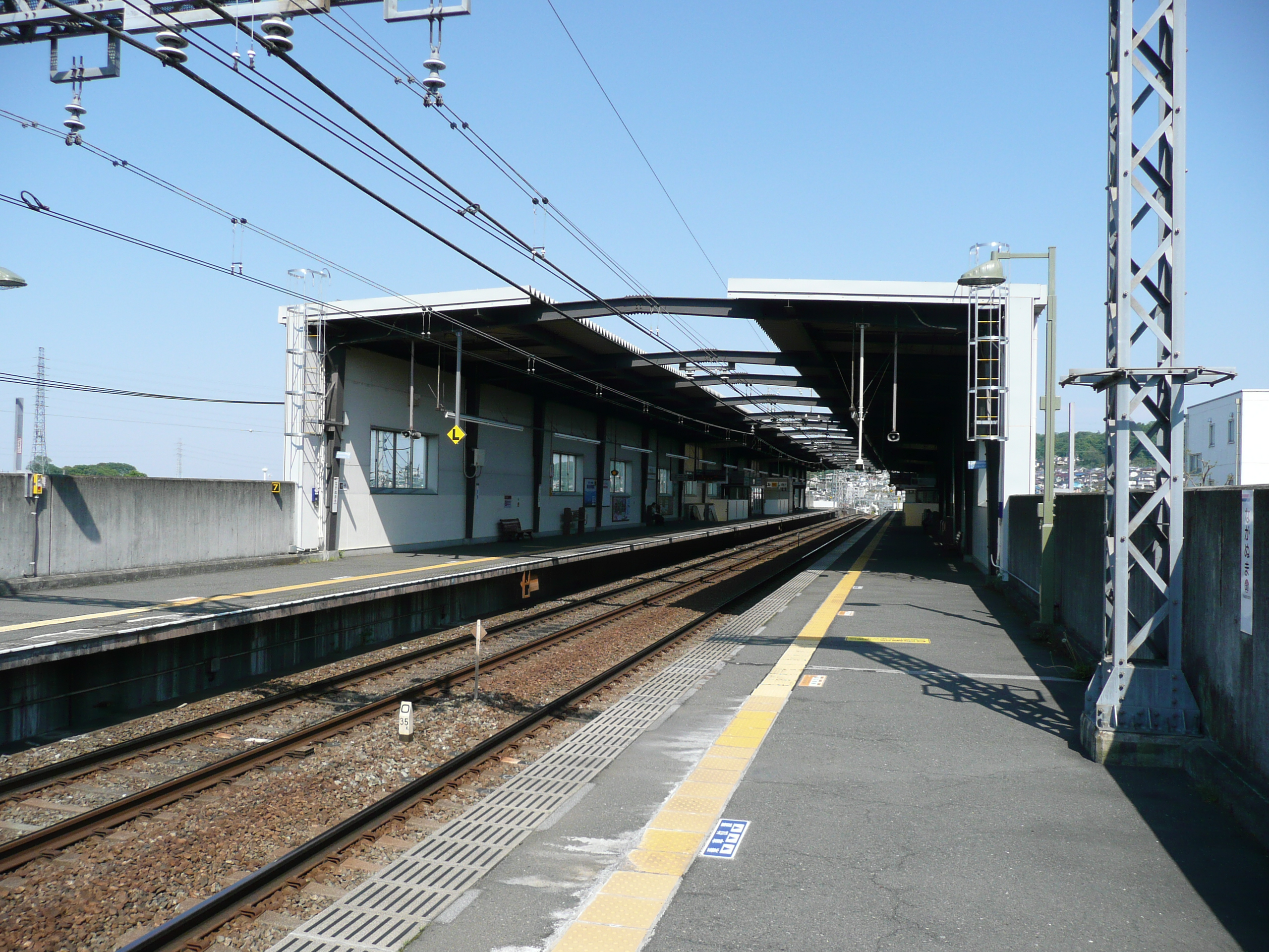 https://upload.wikimedia.org/wikipedia/commons/c/c4/Naganuma-Sta-Platform.JPG