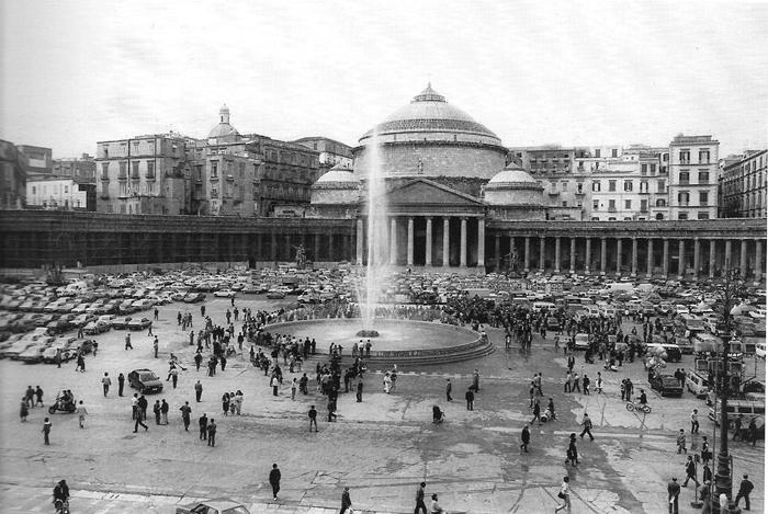 La place del plebiscito de Naples servit aussi de parking pendant l'âge d'or du stationnement en ville.