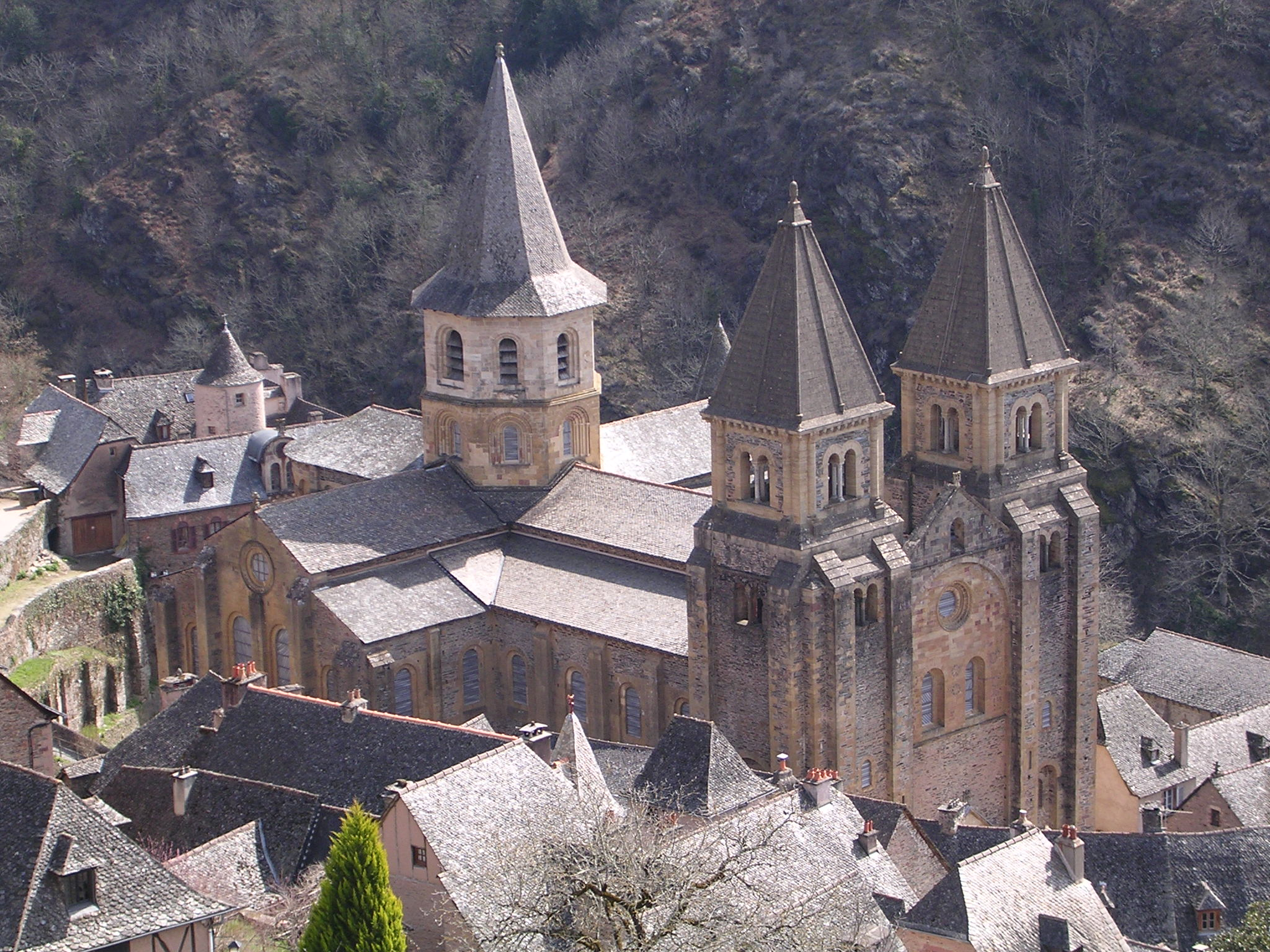 http://upload.wikimedia.org/wikipedia/commons/c/c4/Sainte-Foy_de_Conques.JPG