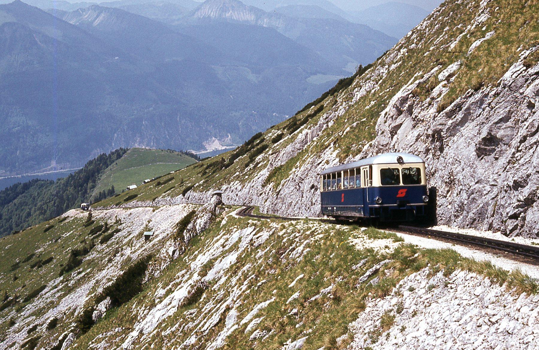File:Schafbergbahn 5099 on upper section.jpg