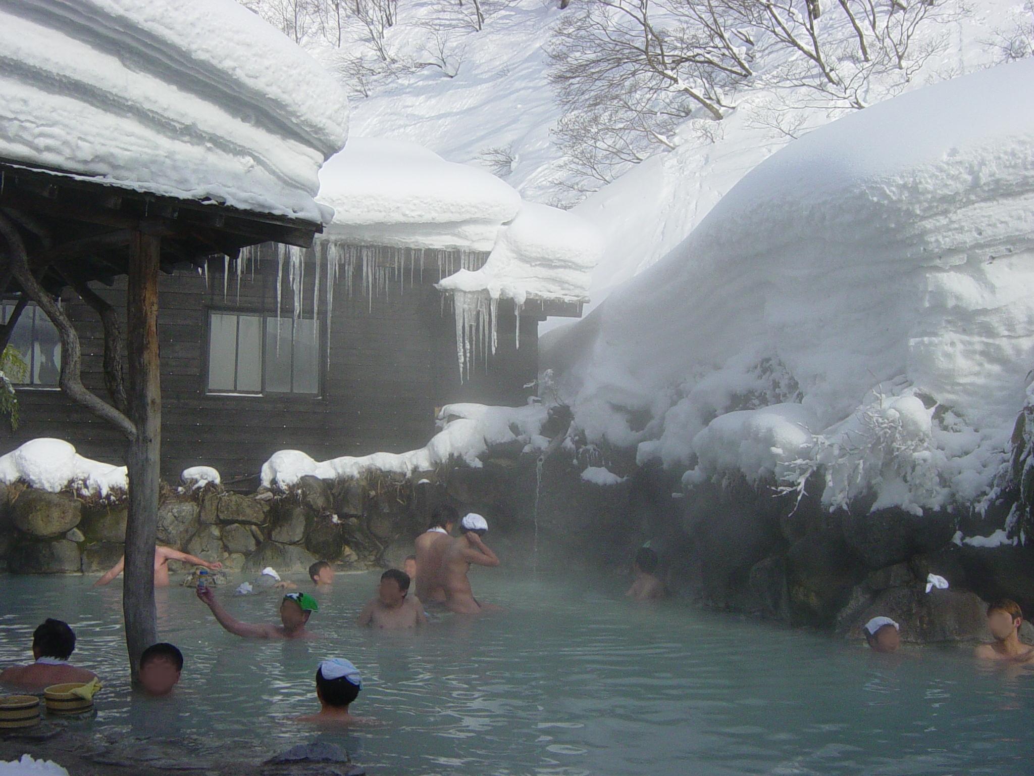 Conociendo las exquisitas aguas[ Lolindir y Raven] [OU-Sak]  Tsurunoyu_onsen_rotenburo2