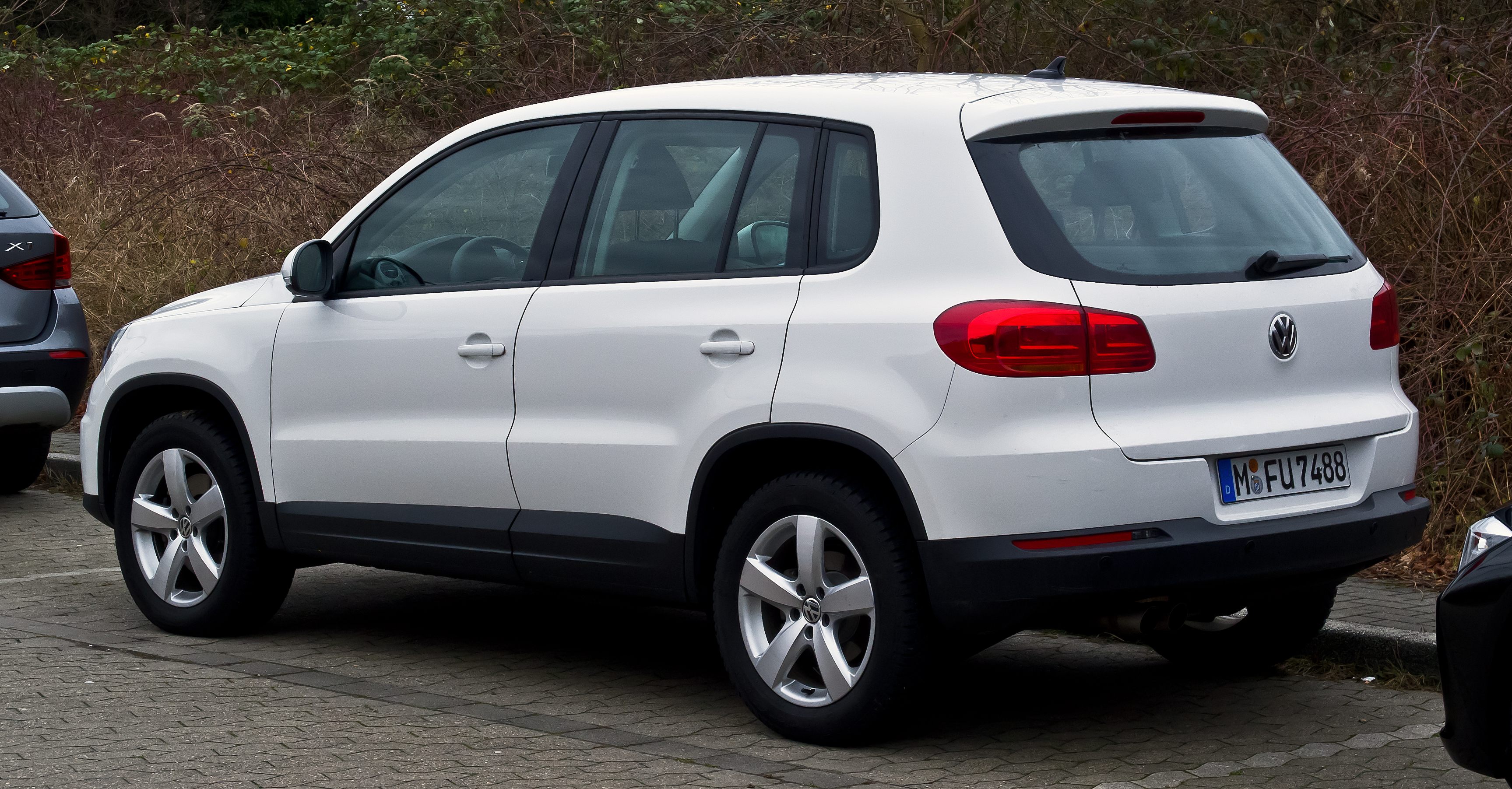 file vw tiguan track field facelift heckansicht 31 dezember 2012. Black Bedroom Furniture Sets. Home Design Ideas
