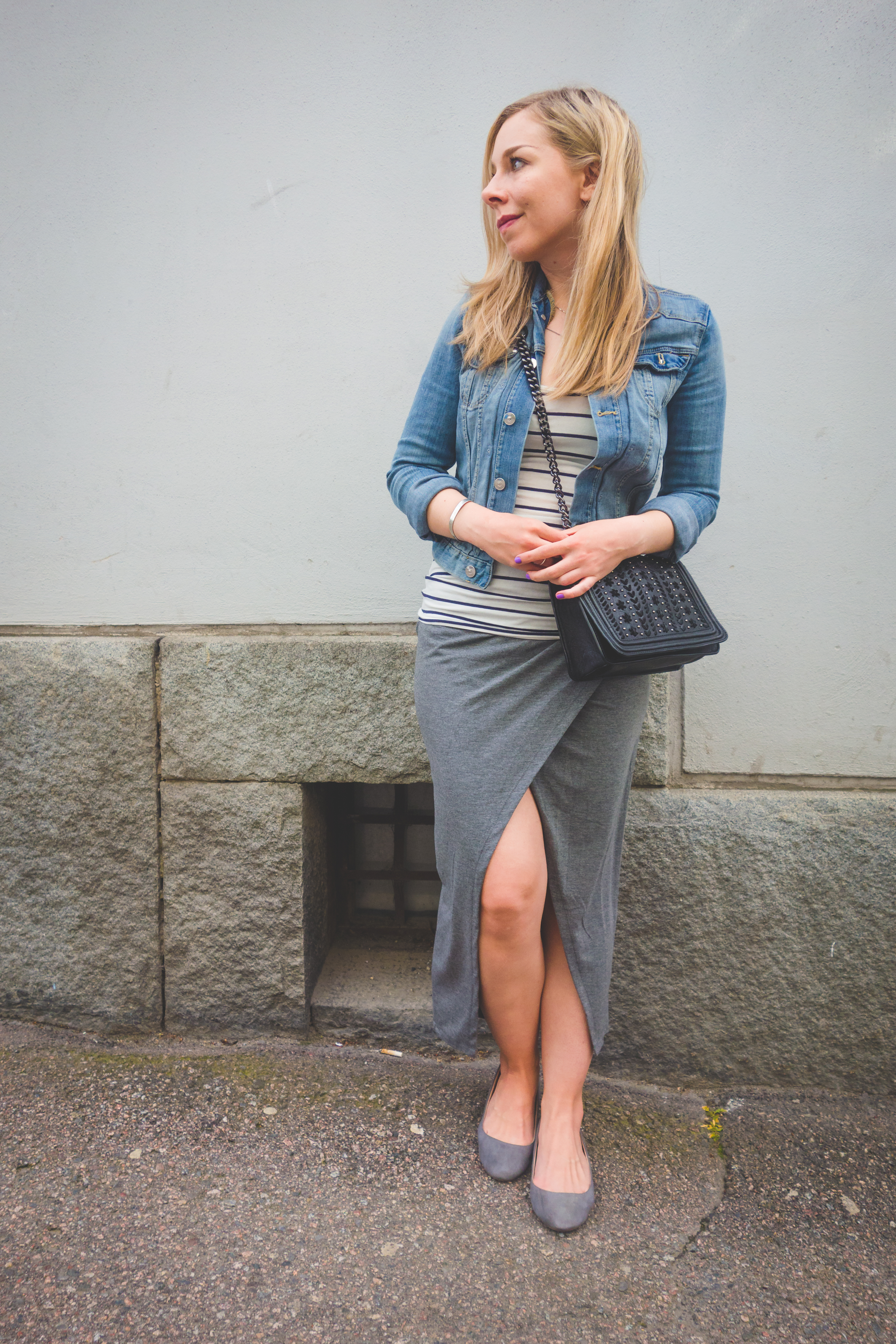 File:Young woman in marinière, denim jacket en wrap skirt.jpg ...