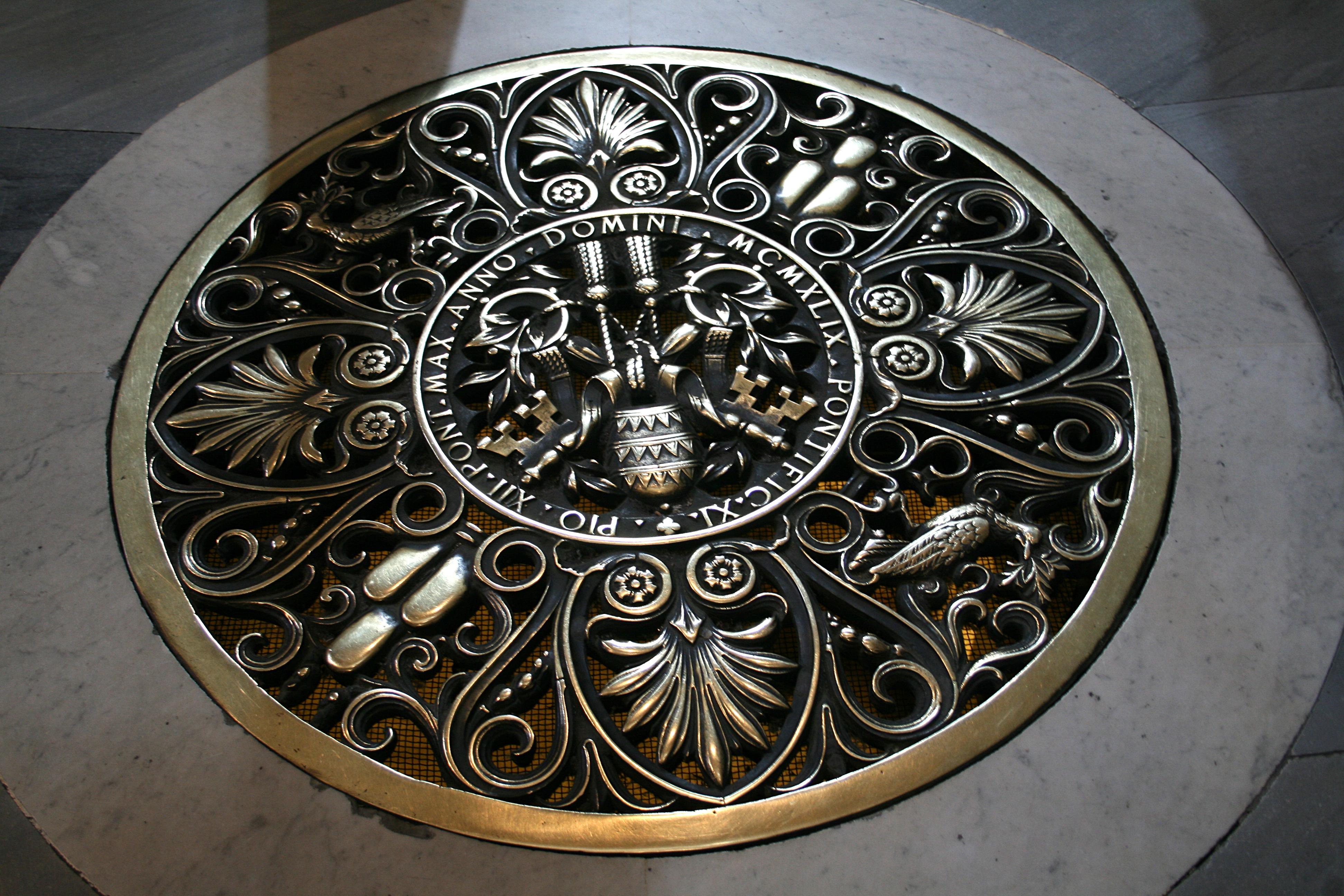 file 0 grille de sol aux armes de pie xii st pierre vatican jpg wikimedia commons. Black Bedroom Furniture Sets. Home Design Ideas