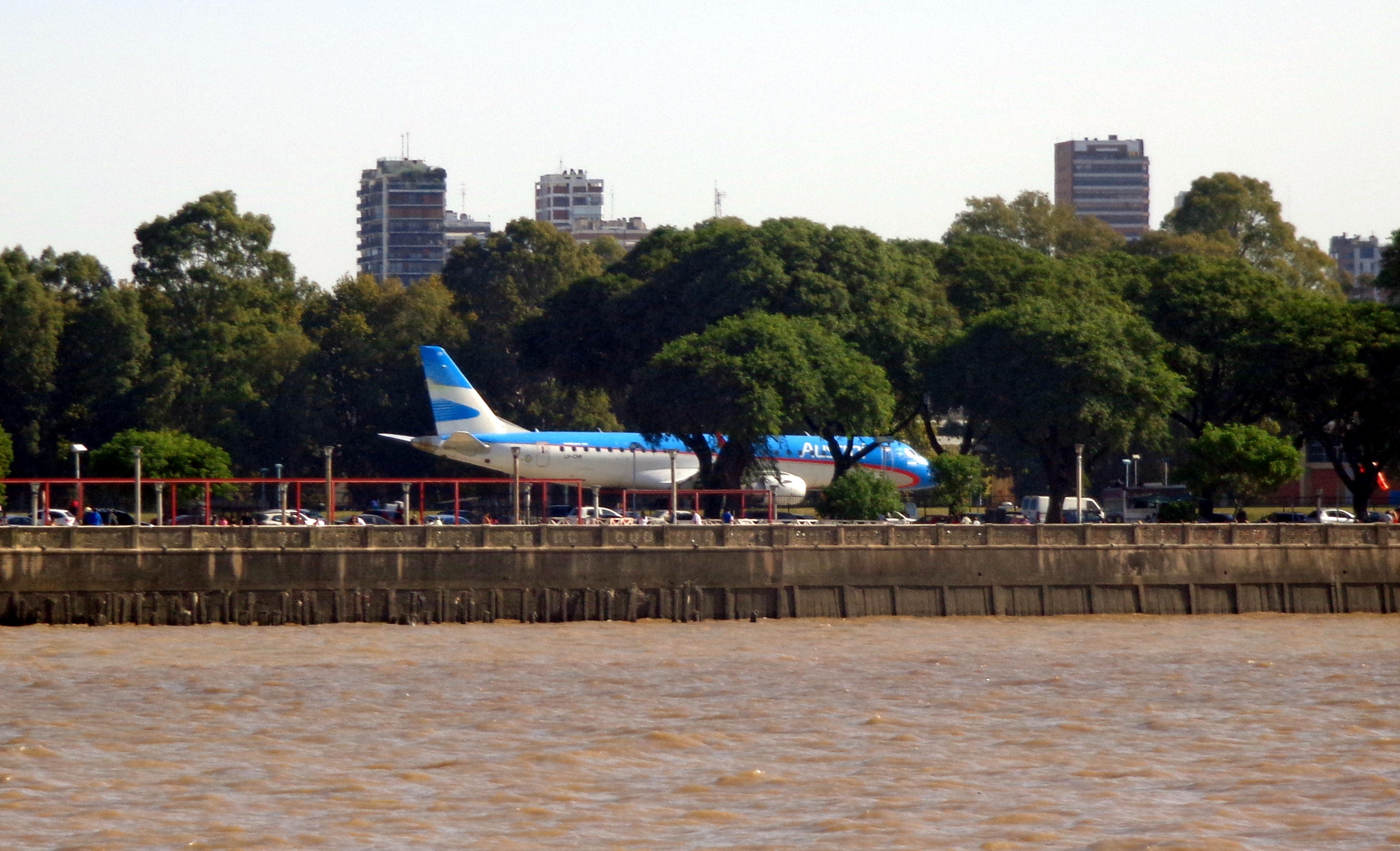 https://upload.wikimedia.org/wikipedia/commons/c/c5/Aerol%C3%ADnea_Austral_Aeroparque_Jorge_Newbery.JPG