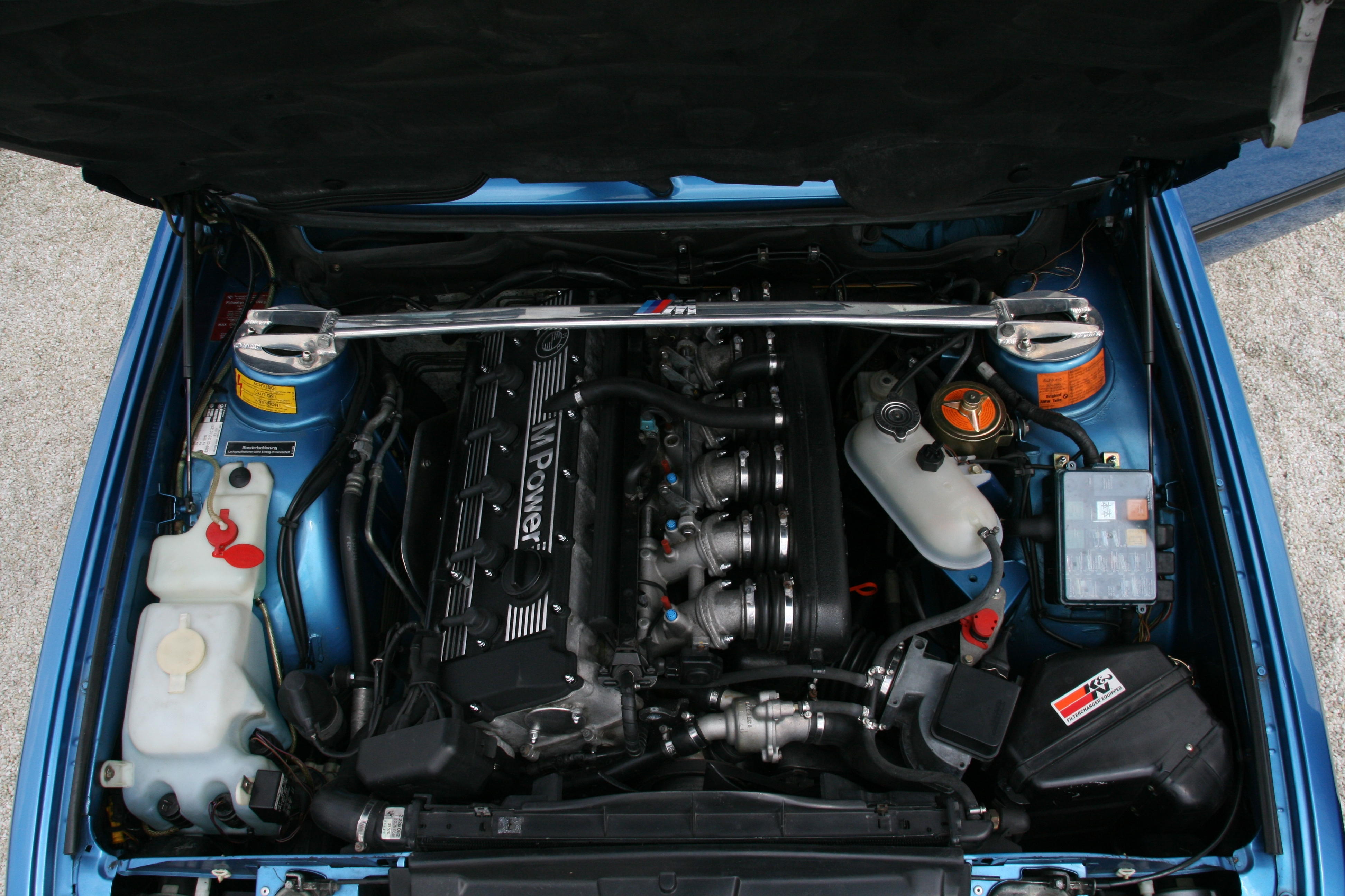 File Bmw M5 E28 Minervablau Motorraum Jpg Wikimedia Commons