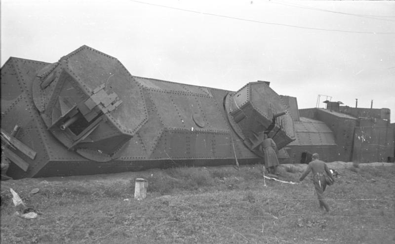 Trains blindés russes Bundesarchiv_B_145_Bild-F016205-14%2C_Bei_Potoki%2C_zerst%C3%B6rter_russischer_Panzerzug