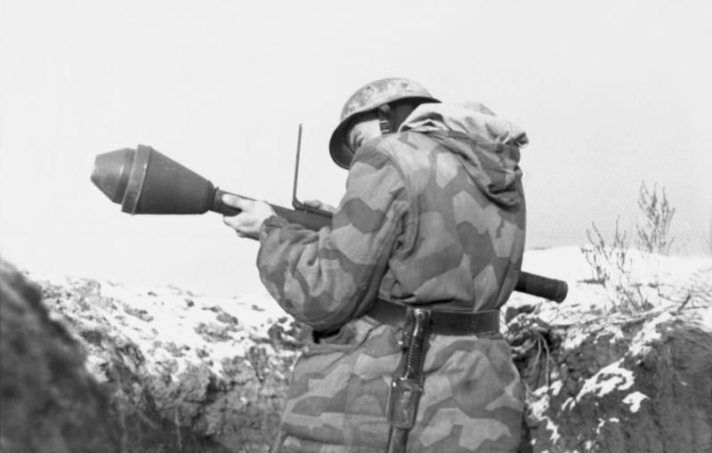 Новинки Orion/Red box/Dark/Light Alliance - Страница 5 Bundesarchiv_Bild_101I-709-0337A-10A%2C_Ukraine%2C_Soldat_mit_Panzerfaust