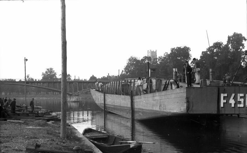 bundesarchiv bild 101ii-m2kbk-218-12, frankreich, landungsboot im hafen.jpg