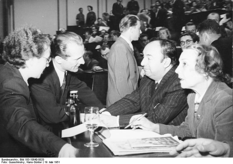Neruda junto a su esposa Delia de Carril y Erich Honecker en 1951.