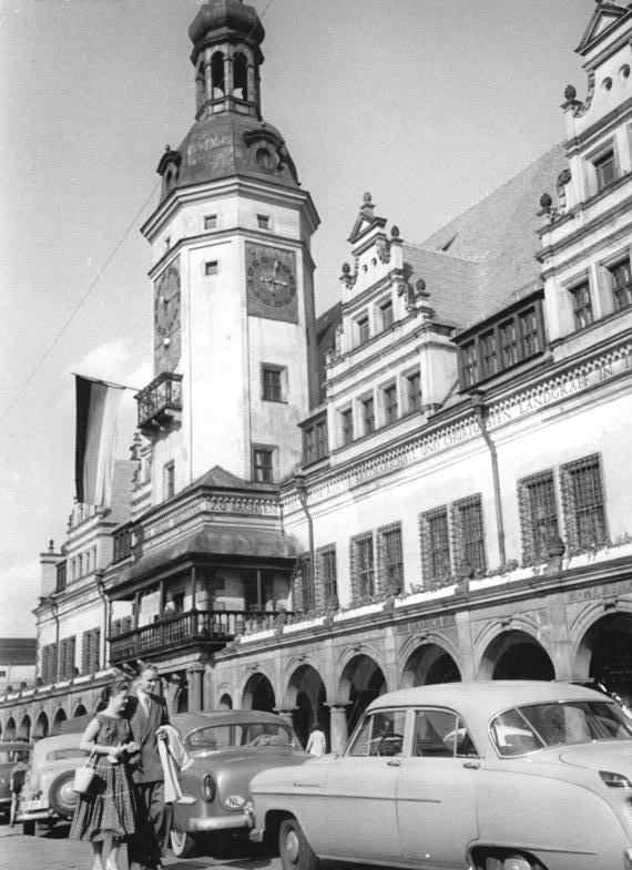 Schwarz-Rot-Goldene Flagge (als Flagge der DDR) am Alten Rathaus in Leipzig, 1956
