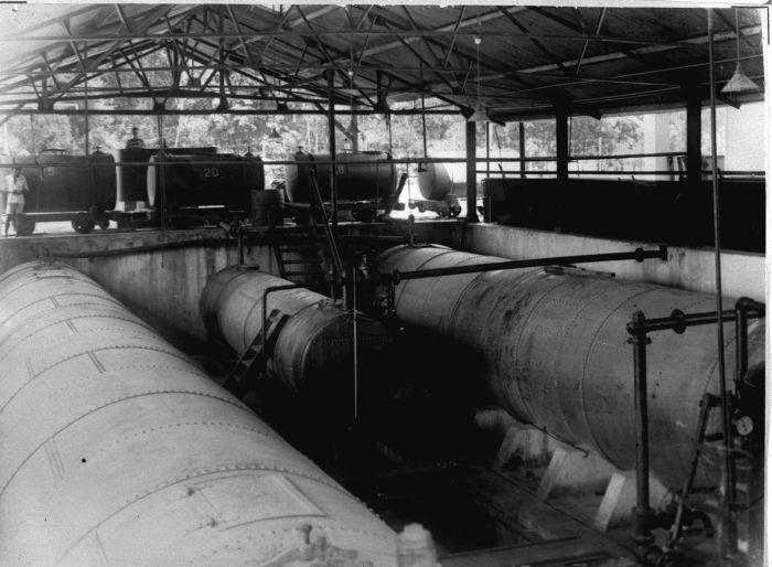 COLLECTIE TROPENMUSEUM Latex Tanks En Tankwagens Met Sprayed