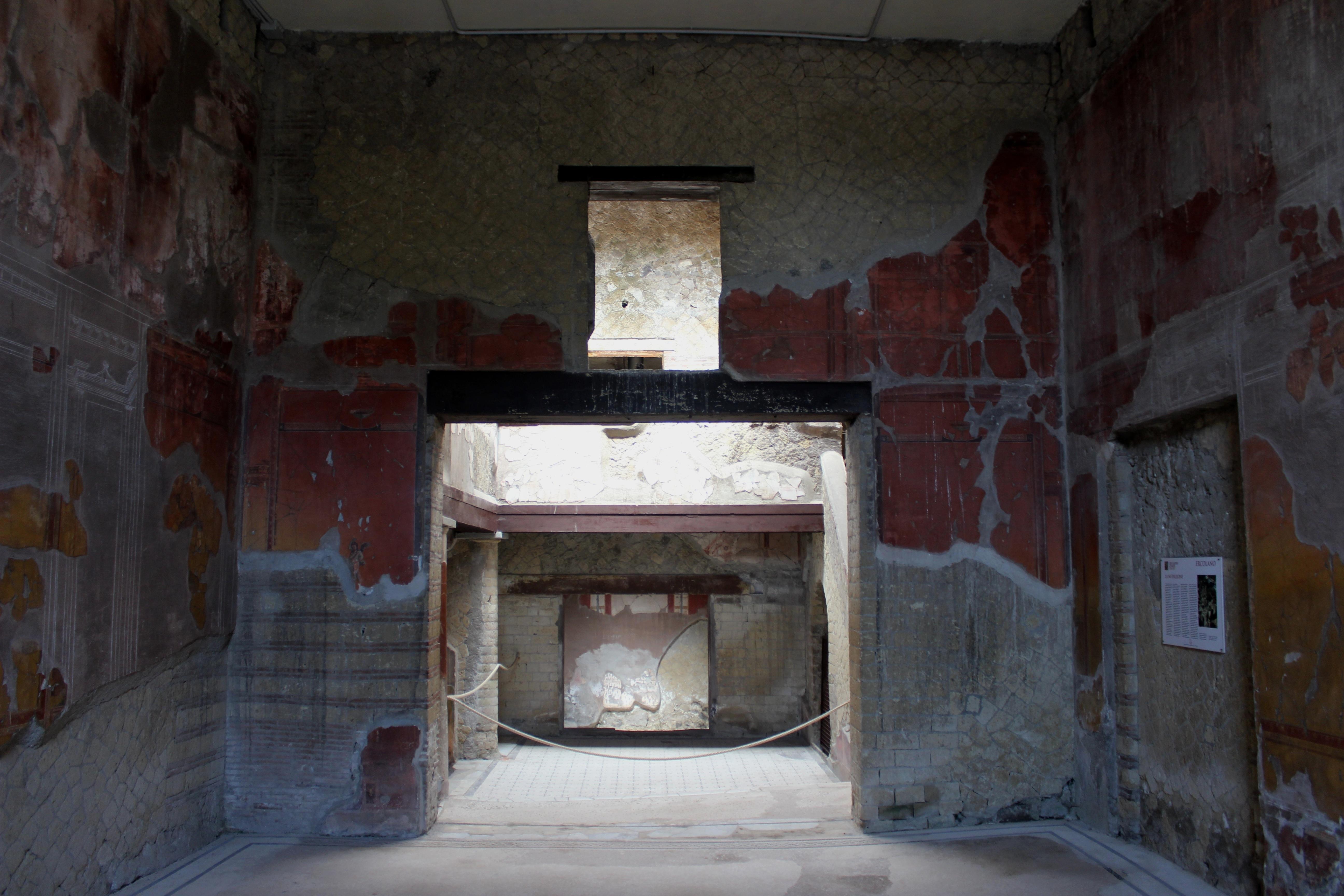 File casa del bel cortile herculano 10 jpg wikimedia for Piani casa del cortile