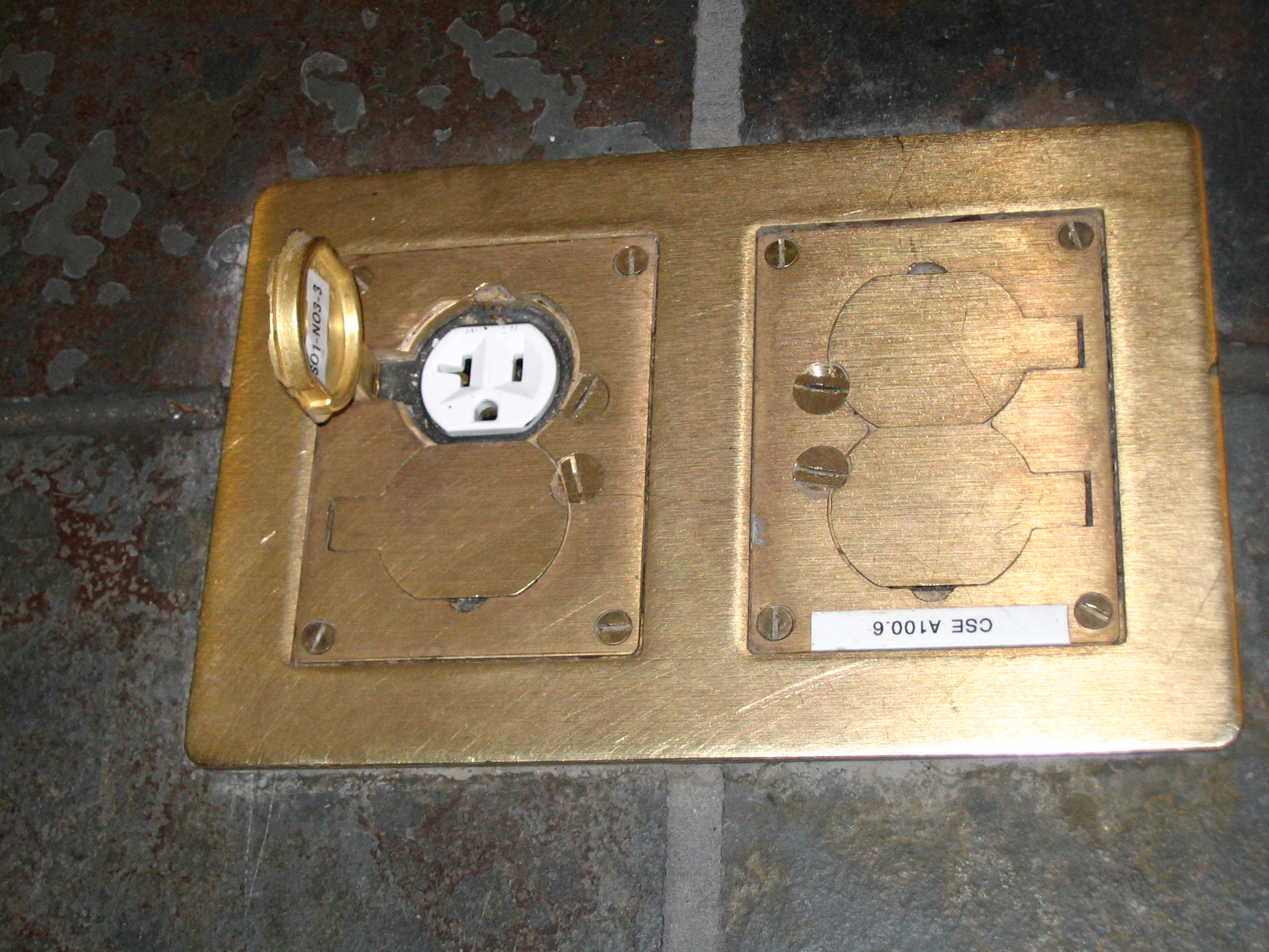 File Electrical Outlet In Floor Jpg Wikimedia Commons