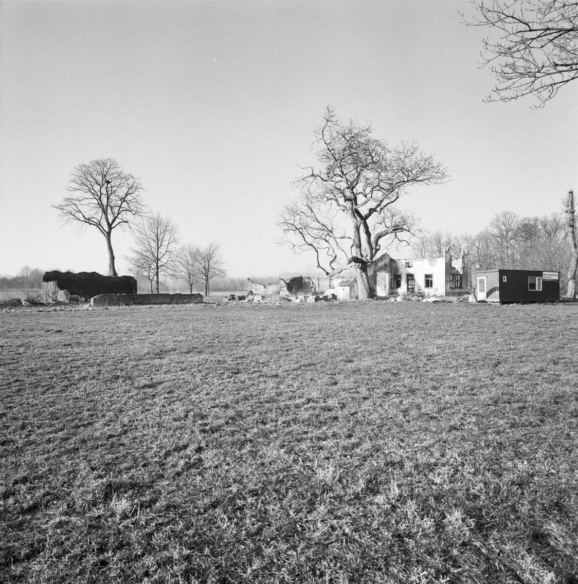 File exterieur huis in slechte staat bouwval met omgeving thorn 20002945 - Huis exterieur picture ...