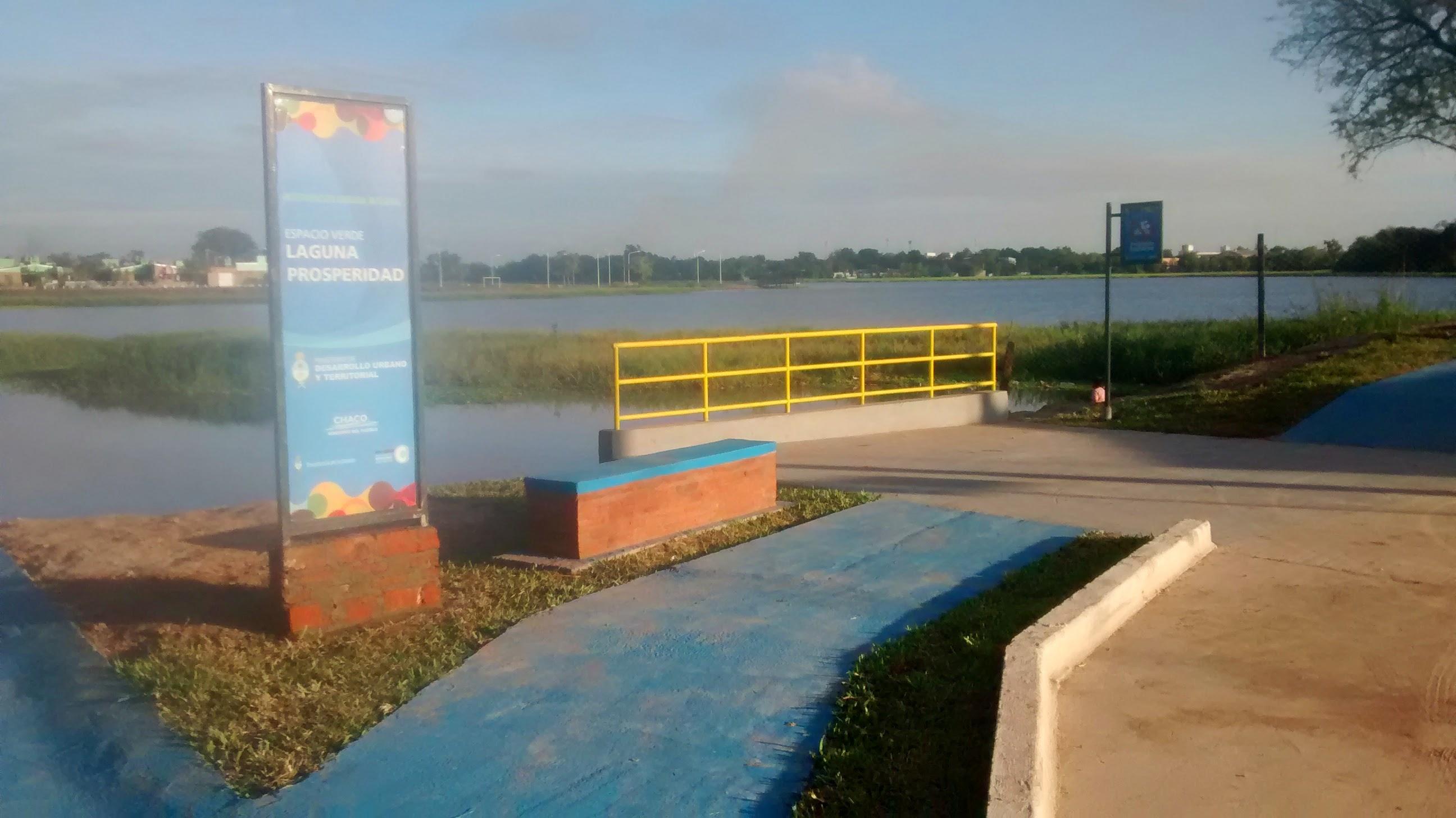 Final del pavimento, laguna Prosperidad y a lo lejos el nuevo parque
