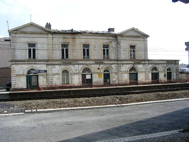 Ancien bâtiment voyageurs de la gare de Forest-Midi en 2004.