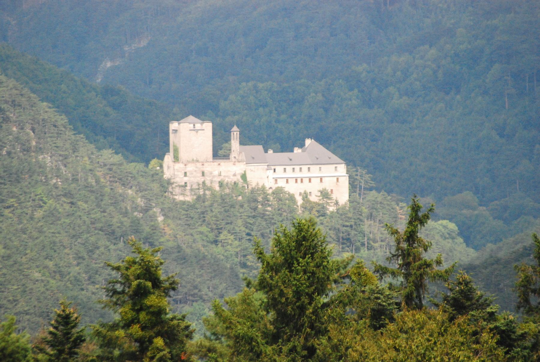 https://upload.wikimedia.org/wikipedia/commons/c/c5/GuentherZ_2010-08-14_0080_Buerg-Sieding_Schloss_Stixenstein.jpg
