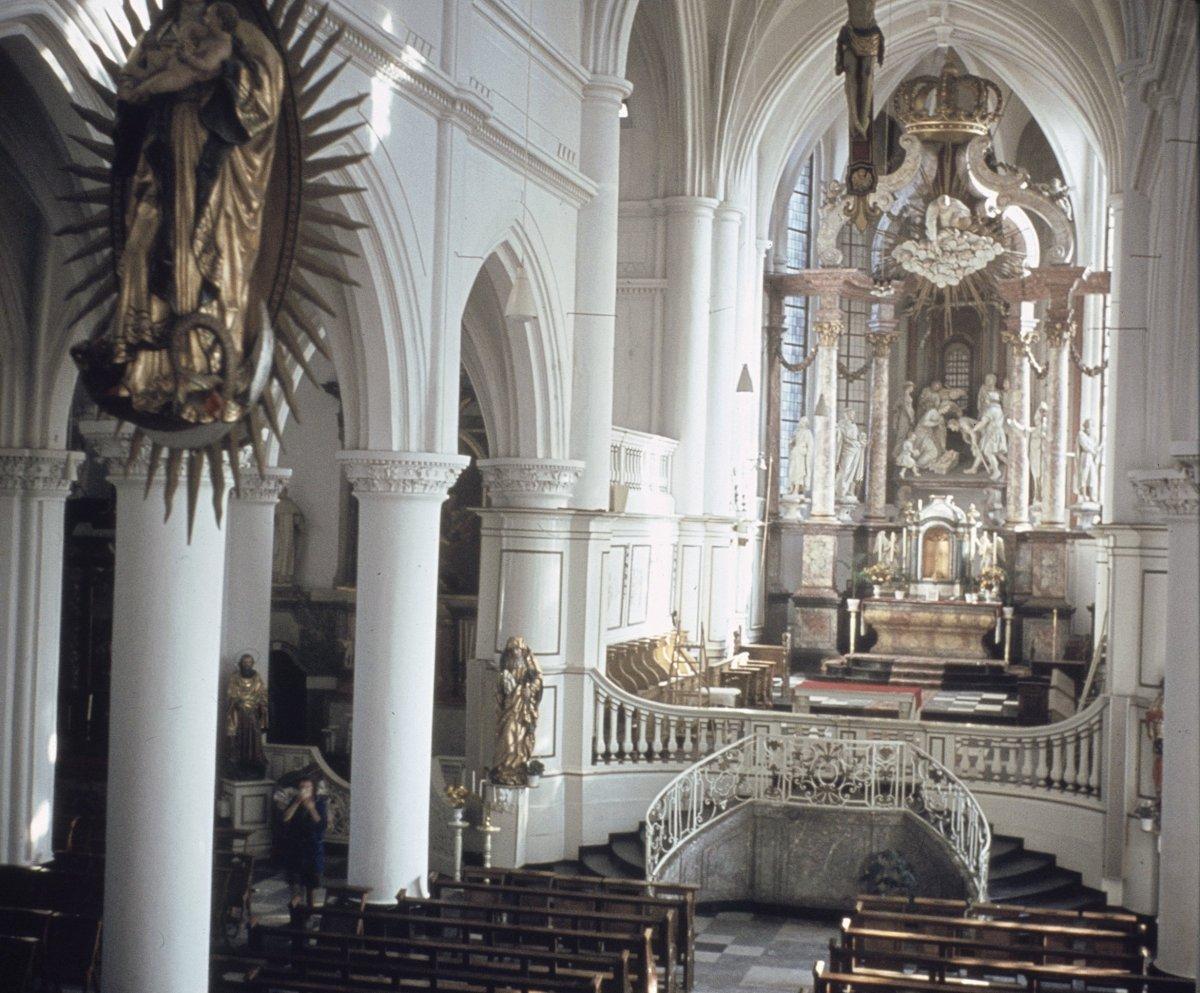 File interieur overzicht naar het koor met hoogaltaar for Interieur 928