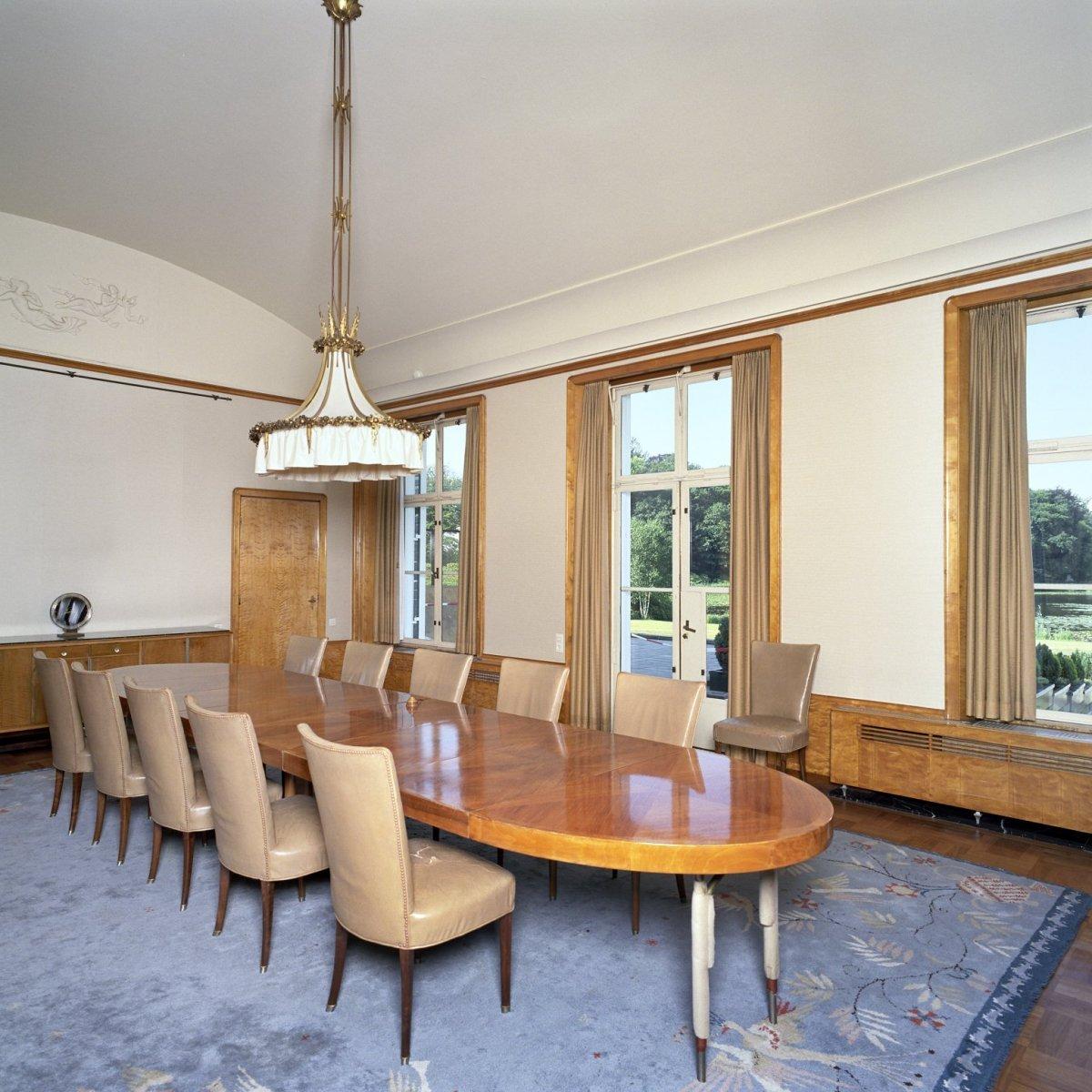 File interieur overzicht van de eetkamer met meubilair gelegen aan de achterzijde van het - Deco van de eetkamer ...