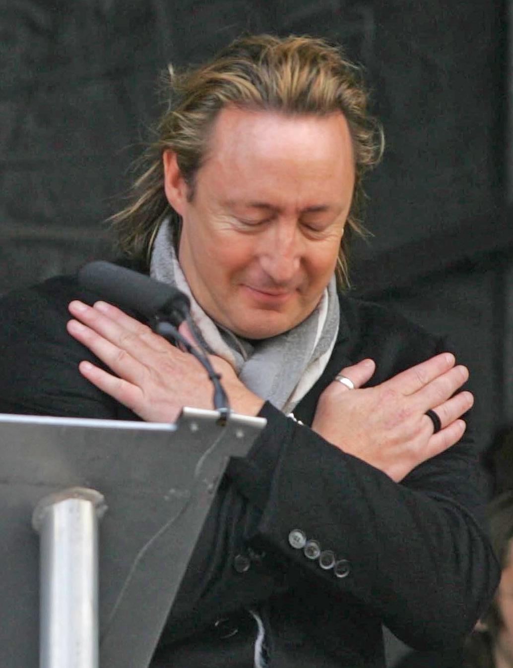 Julian Lennon durante la develación del Monumento John Lennon a la paz en Liverpool, octubre de 2010.