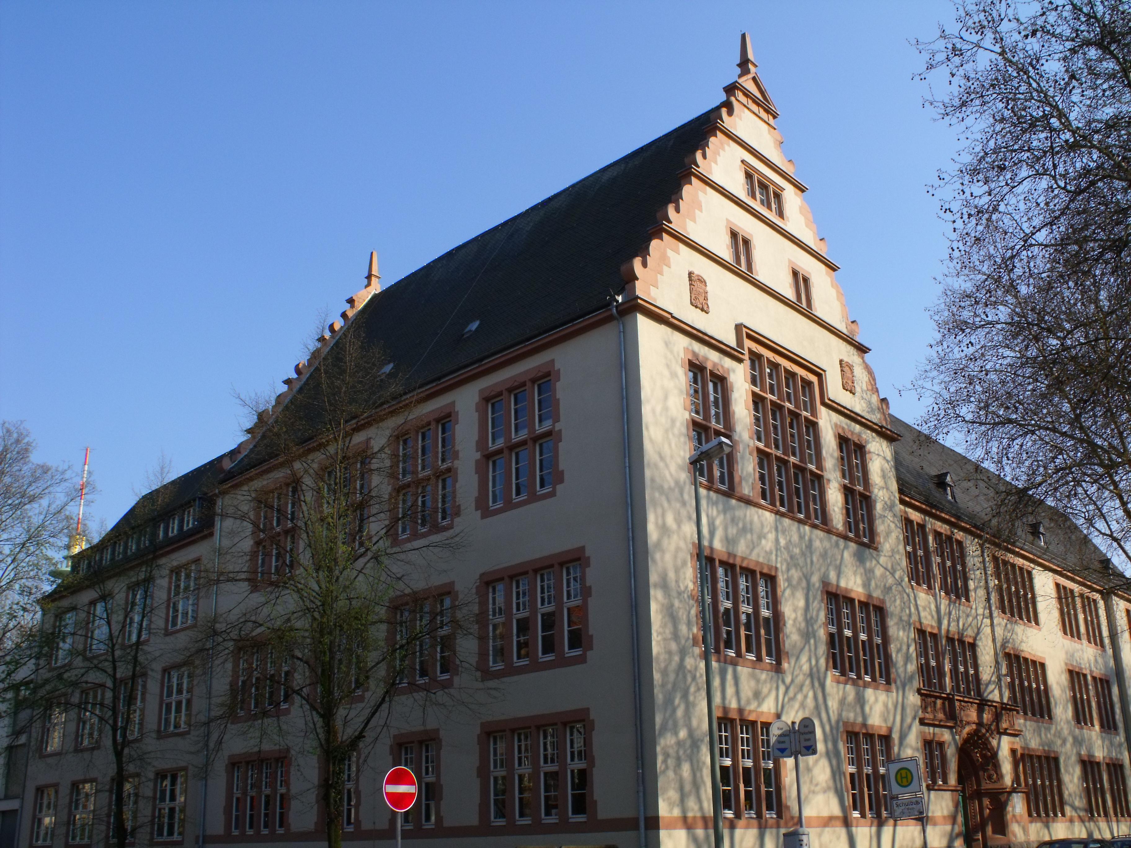 Mittelschule datiert ein Gymnasium
