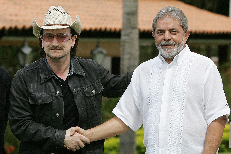ec036b582 Bono com ex-presidente Luiz Inácio Lula da Silva na capital do Brasil, em  Brasília, na passagem da banda durante a turnê