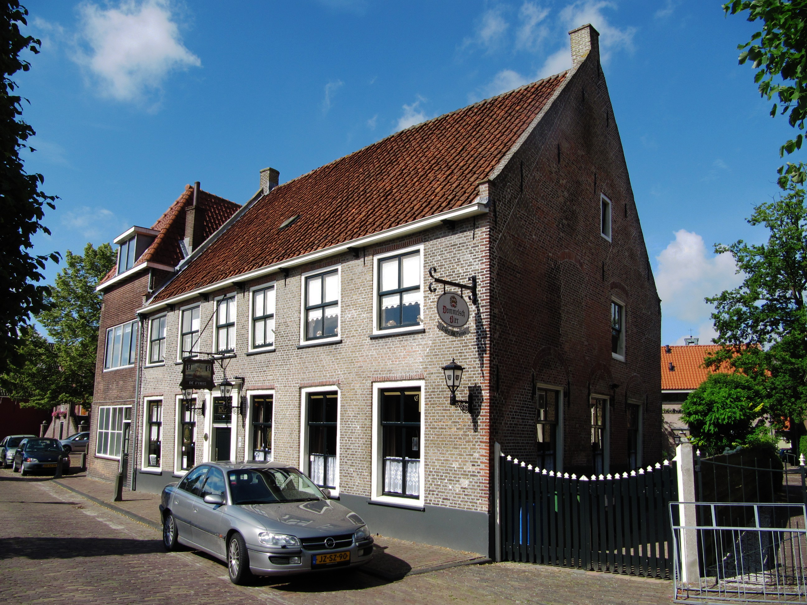 Huis met een lange zijgevel aan de straat en een zadeldak tussen twee puntgevels met vlechtingen - Tussen huis ...