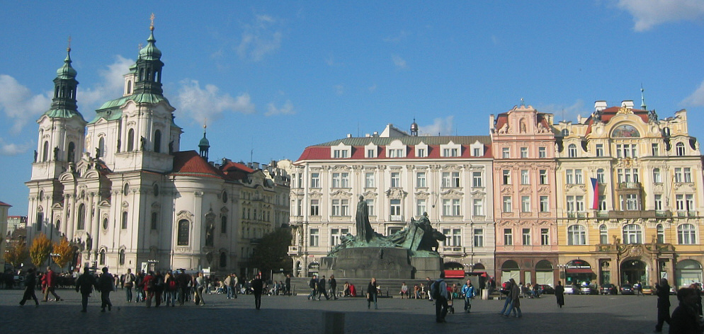 http://upload.wikimedia.org/wikipedia/commons/c/c5/Praha_staromestske_namesti_2003.jpg