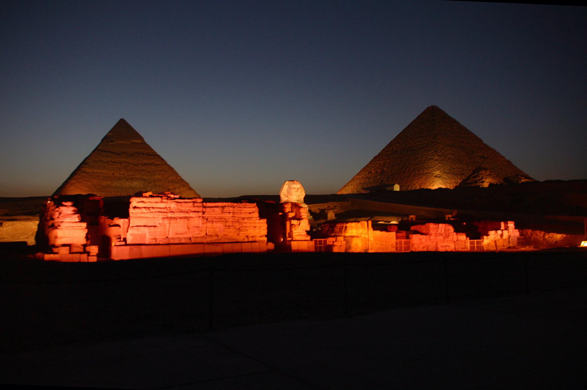 pyramidsofgiza-at-night