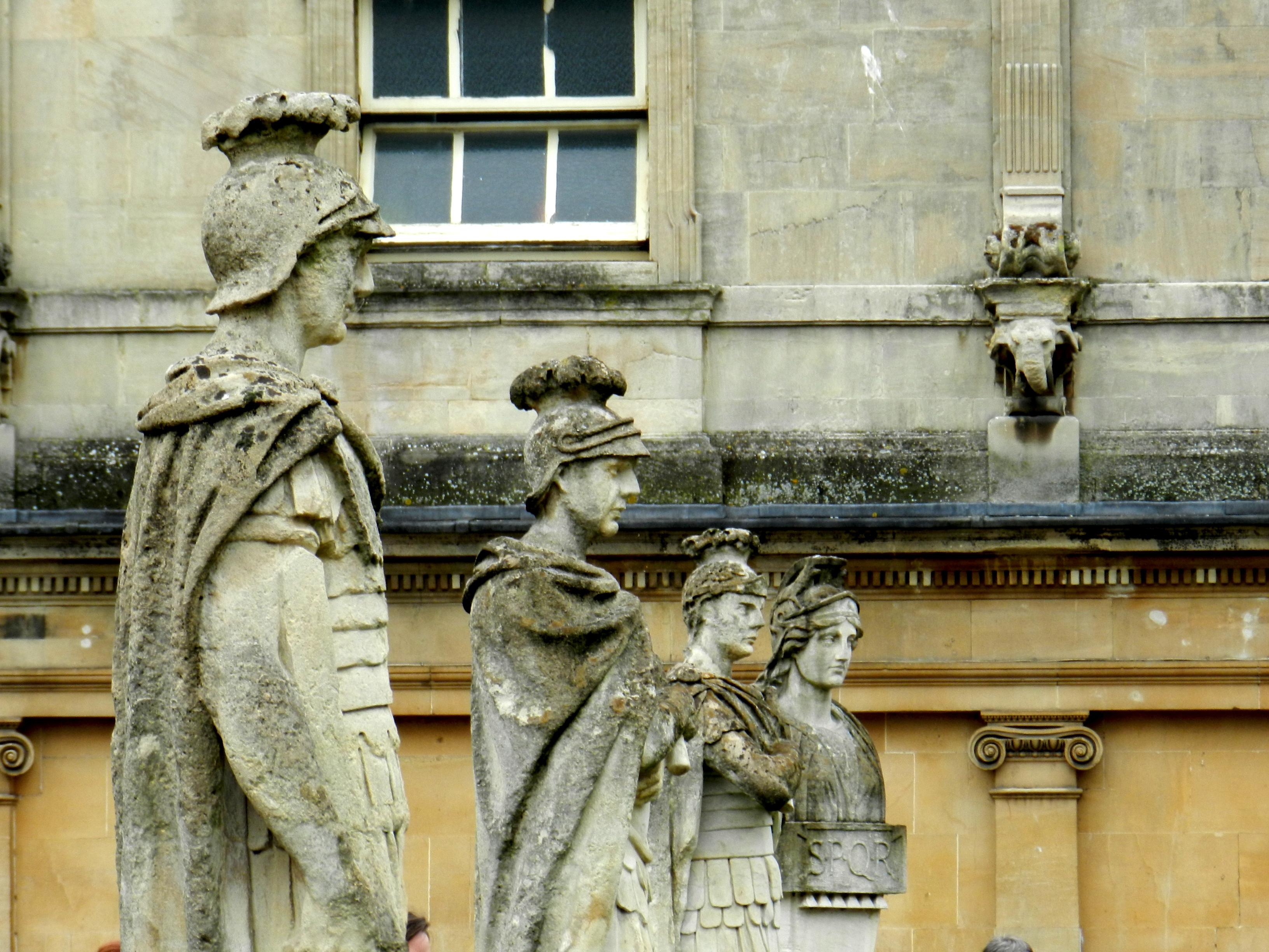 File:Sculptures, bains romains à Bath.JPG - Wikimedia Commons