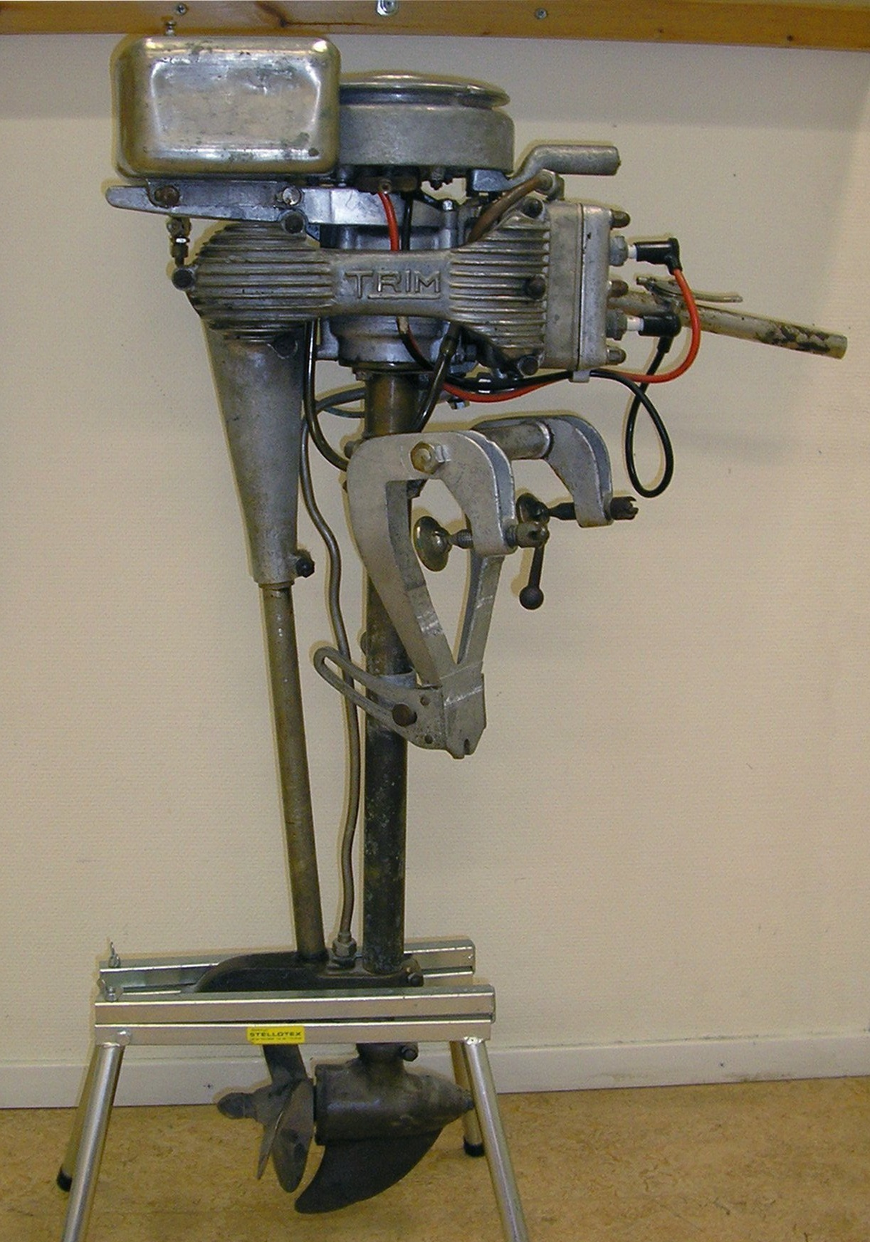 File trim outboard wikimedia commons for Power trim motor for johnson outboard