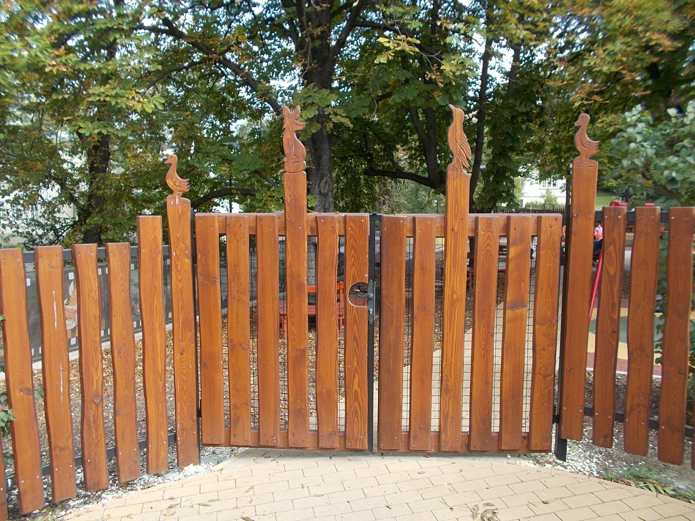 File:Vuk playground, wooden gate withanimal sculptures, 2016 Gellerthegy.jpg