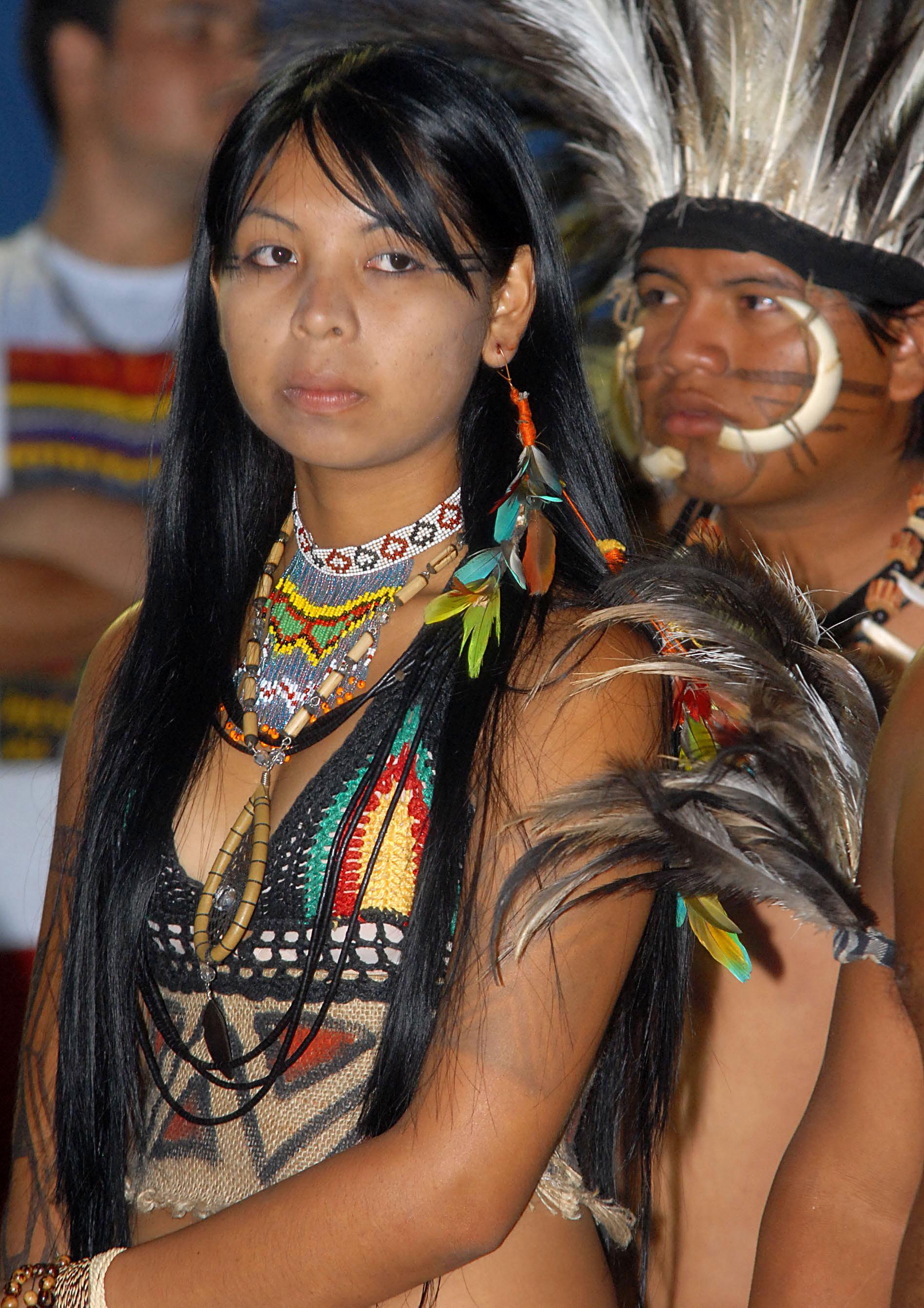 https://upload.wikimedia.org/wikipedia/commons/c/c6/%C3%8Dndia_da_etnia_Terena.jpg