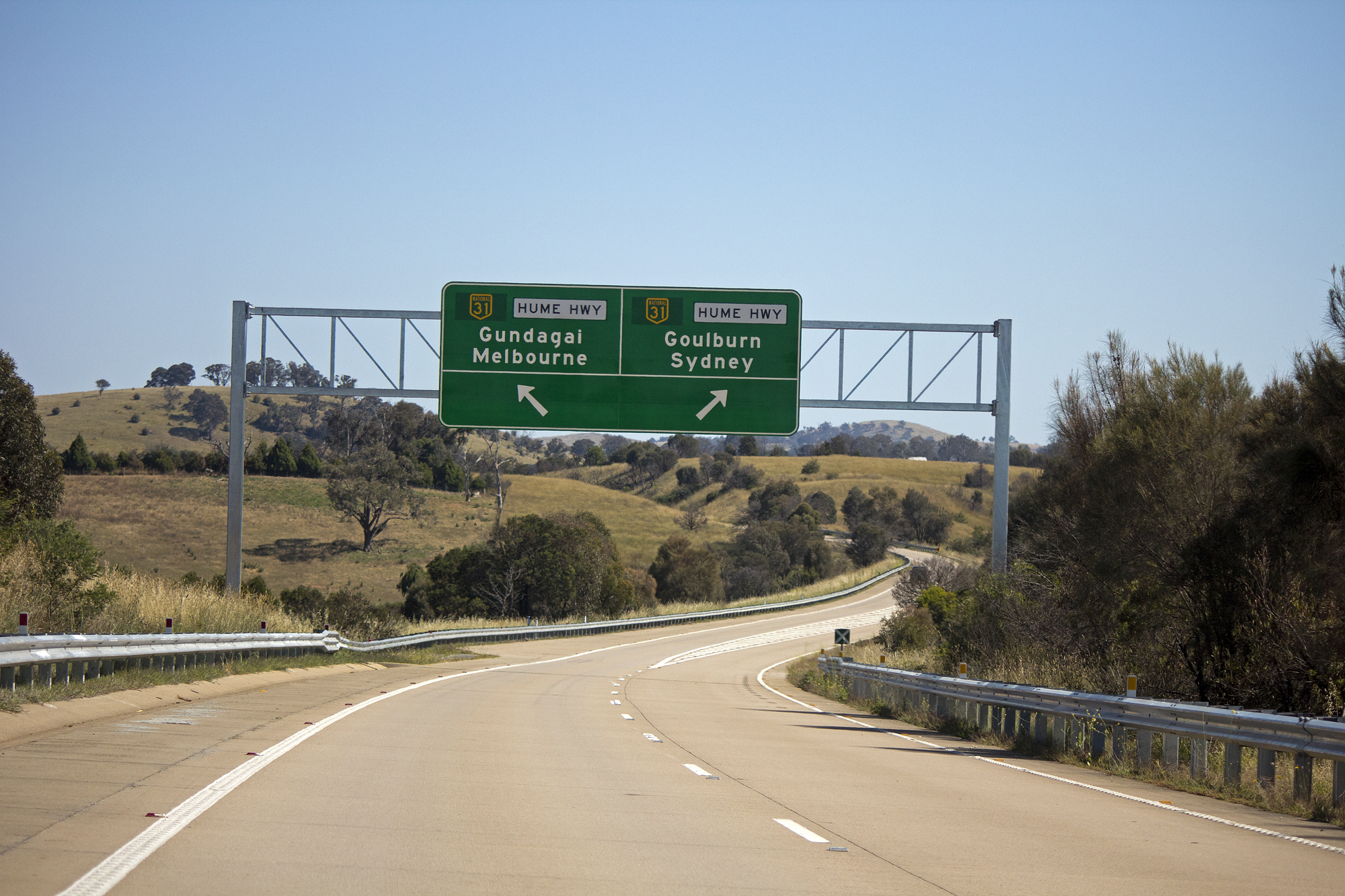 https://upload.wikimedia.org/wikipedia/commons/c/c6/Barton_Highway_near_the_Hume_Highway_exits_%283%29.jpg