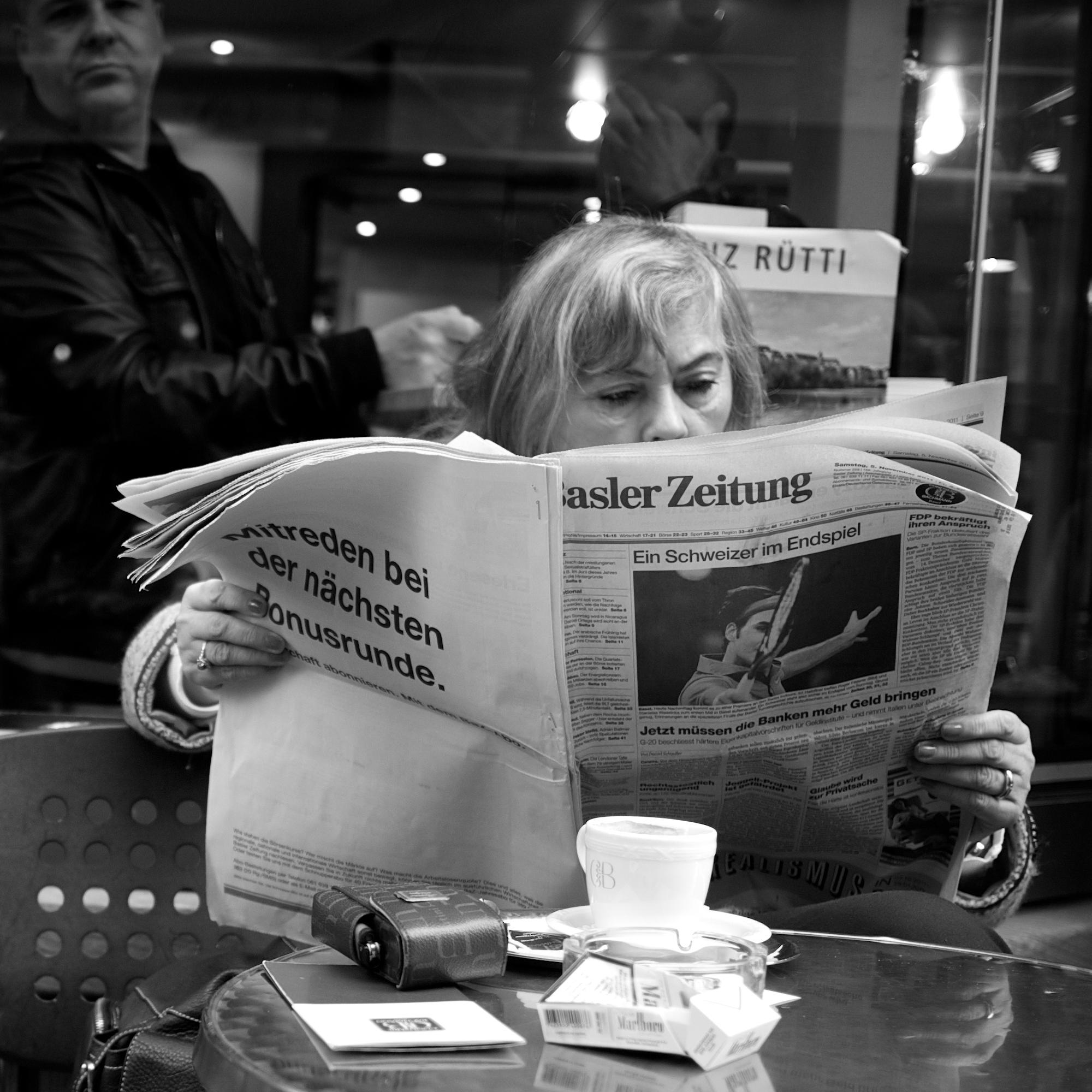 Une femme boit un café