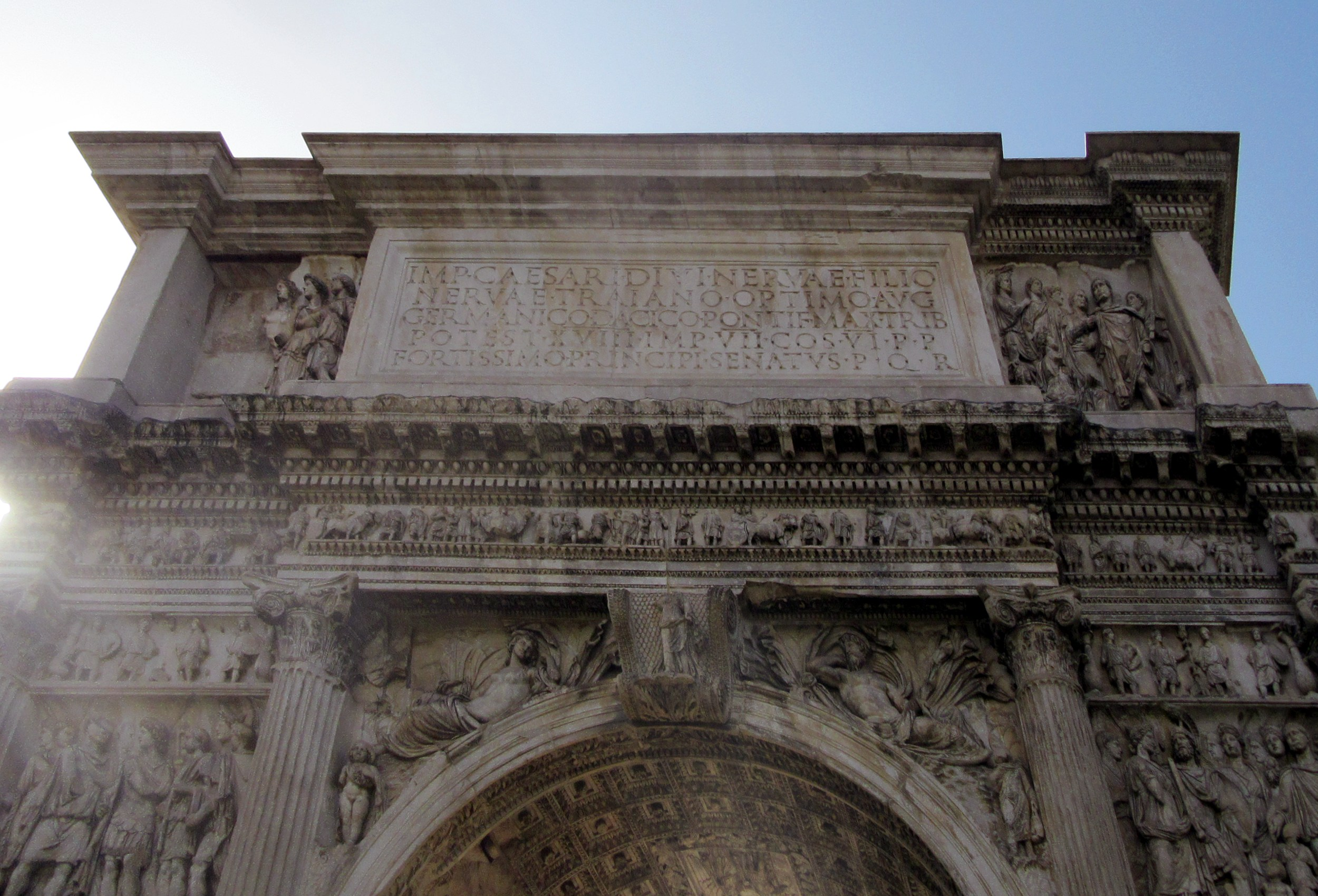 file benevento arco di traiano attico e iscrizione lato