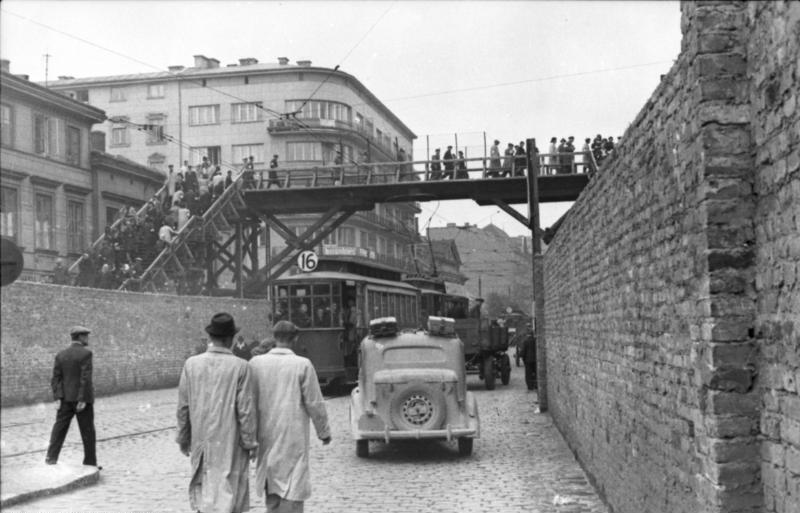 > Pont en bois entre le petit et le grand ghetto de Varsovie.