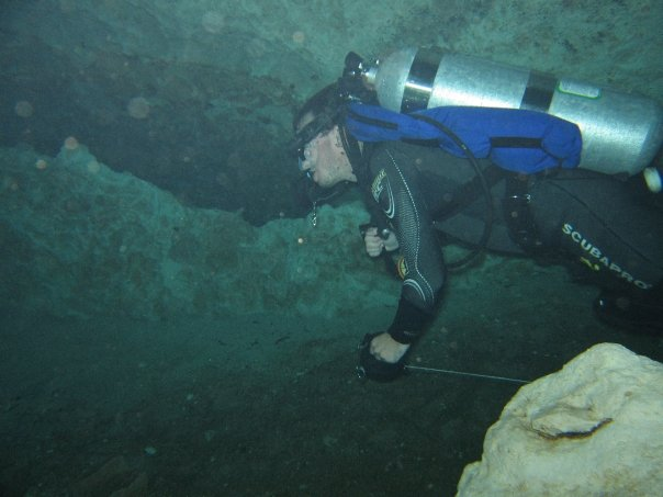 https://upload.wikimedia.org/wikipedia/commons/c/c6/Cave_diver_running_a_reel.jpg