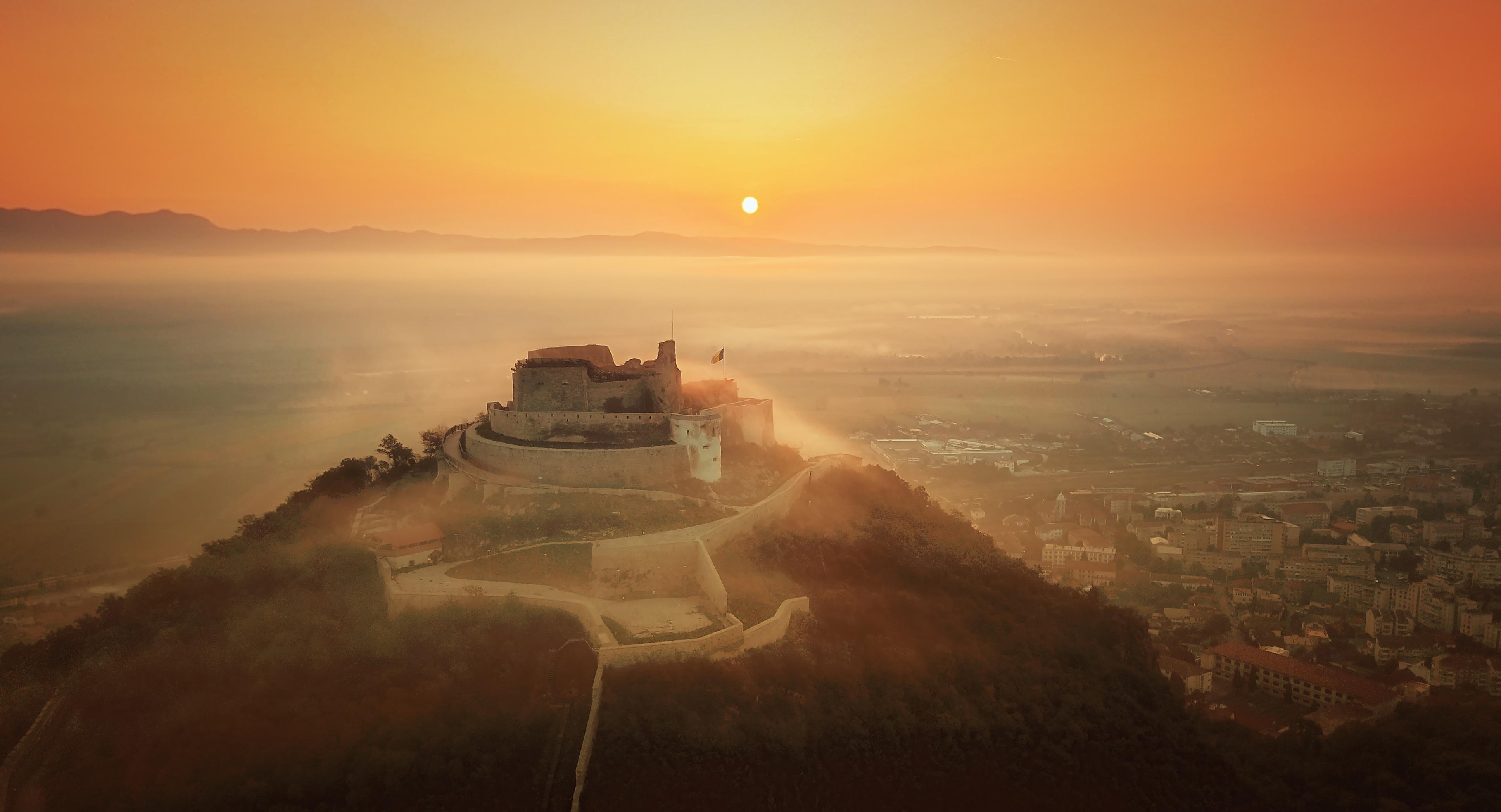 Cetatea medievală Deva, în lumina răsăritului.jpg