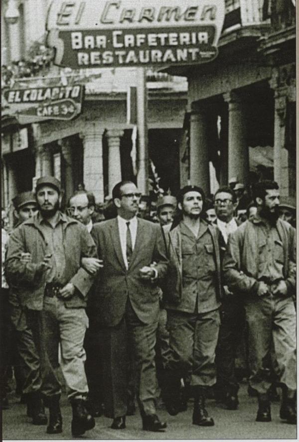 Fidel Castro y el Che Guevara en una marcha en La Habana, ya en el gobierno.