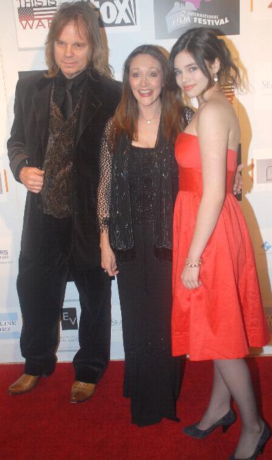 File:David Eisley, Olivia Hussey, India Eisley at Cinema ...
