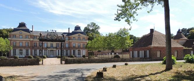 Château de la Hallière, Batiment principal avec les 2 ailes en saillie derrière la grande cour d'honneur et la grande grille; à droite les pavillons des communs et la fuye surplombée de son clocheton
