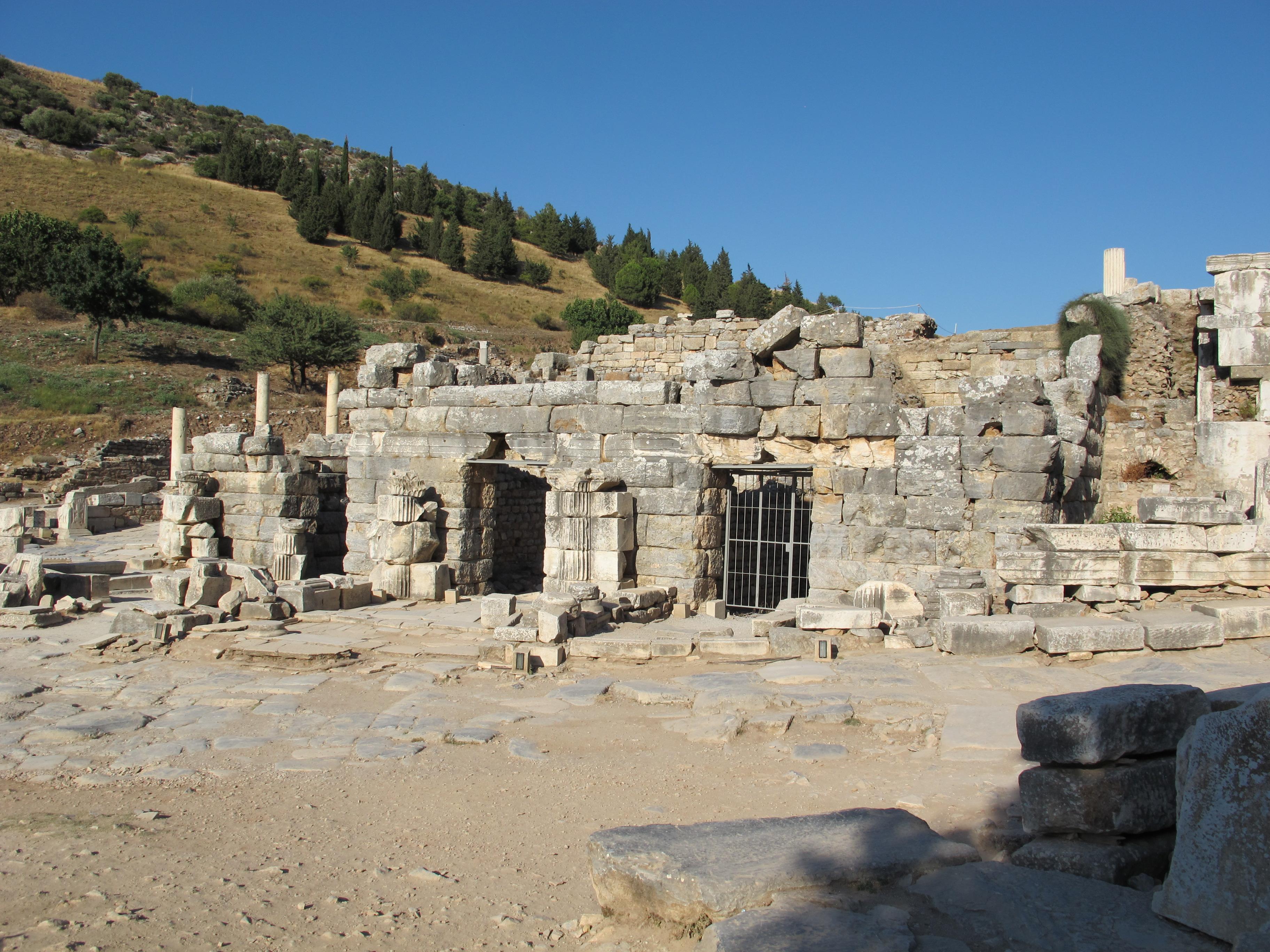 File:Efeso, tempio di domiziano 01.JPG - Wikimedia Commons