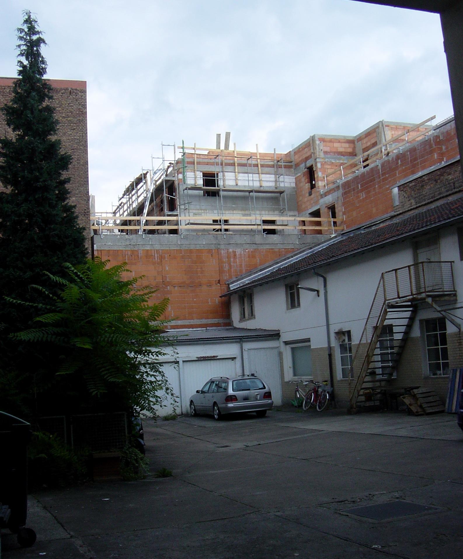 Bild: https://upload.wikimedia.org/wikipedia/commons/c/c6/Frankfurt-Bockenheim_Leipziger_Stra%C3%9Fe_34_F07.jpg