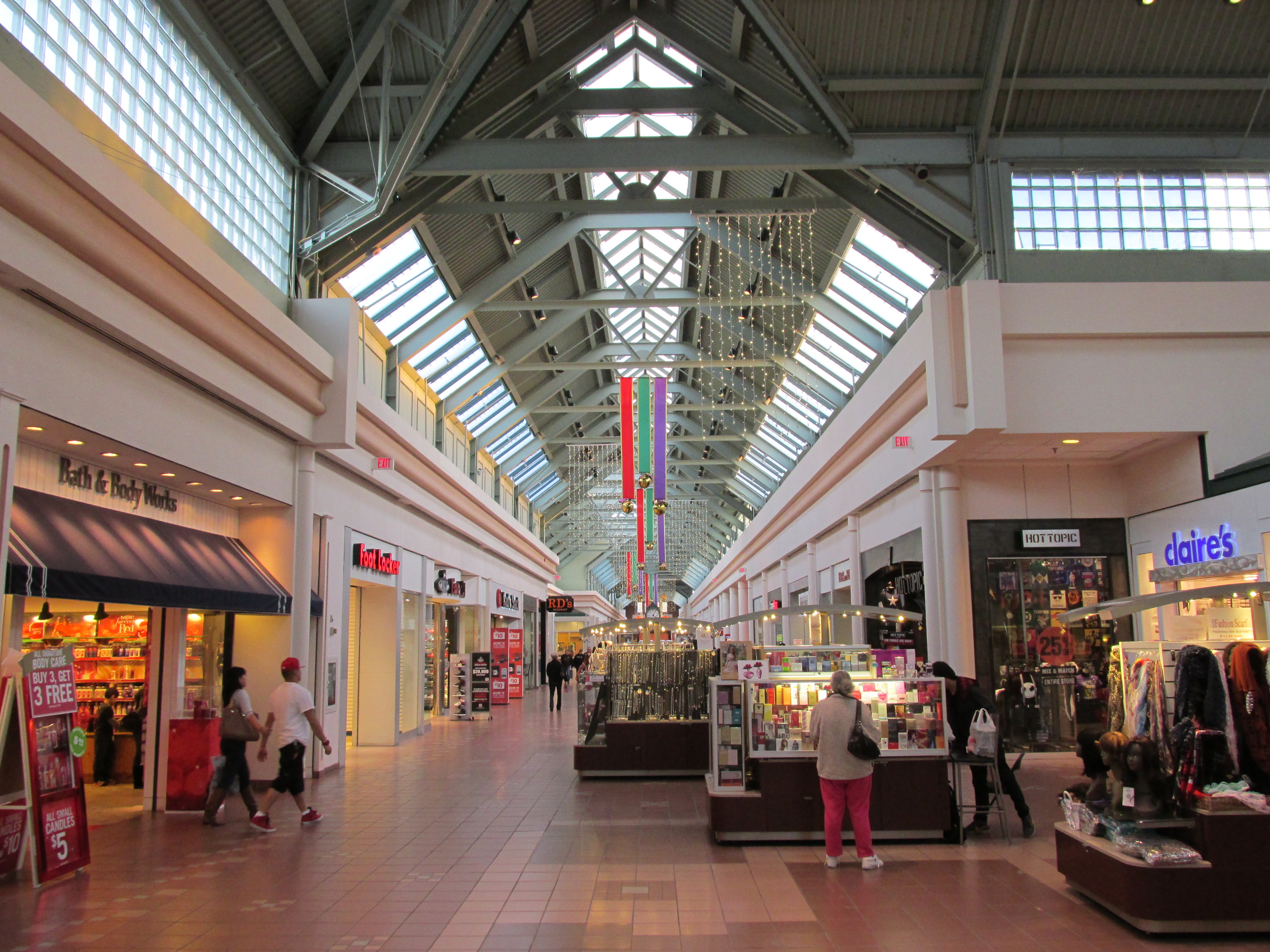 Apologies for the home state neglect. Let's take a break from the Noo Yawka barrage with a mall that even a lot of people living in the Boston area may not know about. The Walpole Mall is the only enclosed mall serving Boston's southwest suburbs, along the US1 and I corridor. There is another, larger [ ].