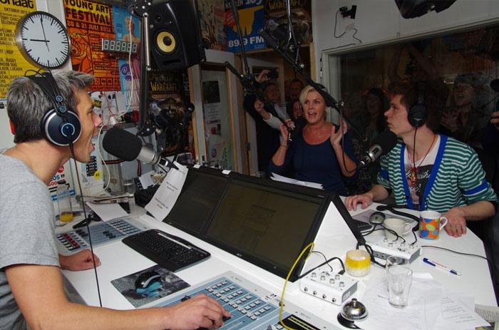 """Bestand:Haarlem 105 radio dj's Wessel van Opstal en Remco Rhee tijdens Wereldrecord in de categorie """"Muziekprogramma op de radio in teampresentatie, met als gast Irene Moors..jpg"""